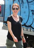 Джулианн Мур, фото 7. Julianne Moore walks her black doggy in New York, photo 7