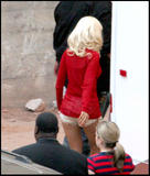 Christina Aguilera How tall is the guy behind her in the third pic? 8'3'? Foto 378 (�������� ������� ����� �������� ������� ������ �� ��� � ������� ���?  ���� 378)