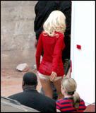 Christina Aguilera How tall is the guy behind her in the third pic? 8'3'? Foto 378 (Кристина Агилера Каким является высокий парень за ней в третьем ПИК?  Фото 378)