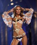 th_95380_Victoria_Secret_Celebrity_City_2007_FS350_123_791lo.JPG